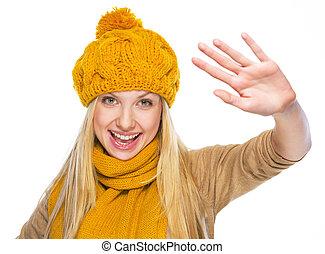 femme, jeune, salutation, chapeau, écharpe, heureux