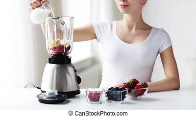 femme, jeune, secousse, confection, sourire, lait, mixer