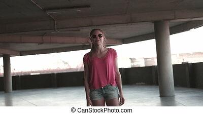 femme, jeune, skateboarding