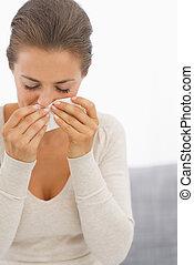 femme, jeune, soufflant nez