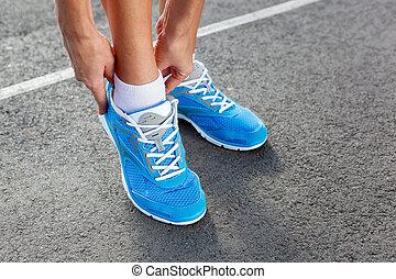 femme, jeune, sports, closeup, chaussure, attachement