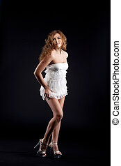 femme, jeune, stand, sexy, robe blanche