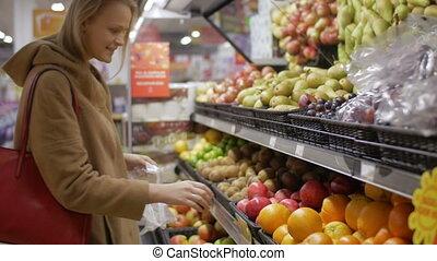 femme, jeune, supermarché, fruit, choisir, frais