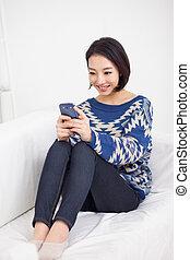 femme, jeune, téléphone., asiatique, joli, intelligent