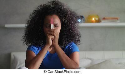 femme, jeune, triste, test de grossesse, maison