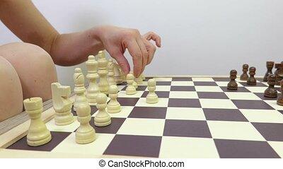 femme, jeux, foyer, appareil photo, en mouvement, chess.
