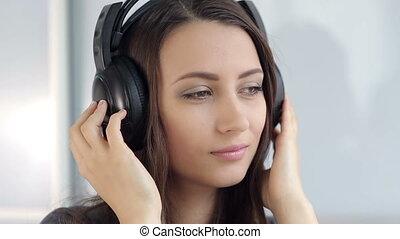 femme, joli, écouteurs