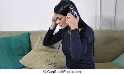 femme, joli, écouteurs, jeune, musique écouter