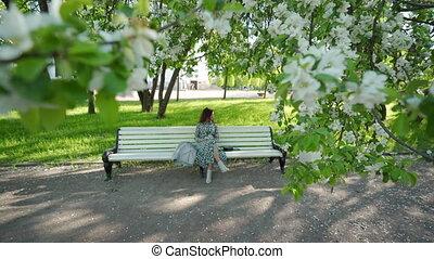 femme, jour ensoleillé, beau, smartphone, printemps, séance, parc, utilisation, brunette