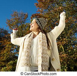 femme, jour ensoleillé, jeune, dehors, automne, apprécier