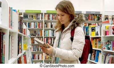 femme, juste, étagère, enlevé, exposer, livre, elle, librairie, a, lecture