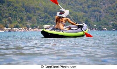femme, kayaking, jeune, sea.
