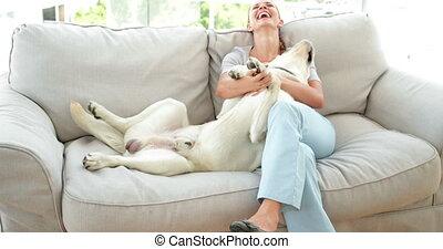 femme, labrador, caresser, elle, rire