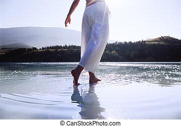 femme, lac, marche dans eau, jeune