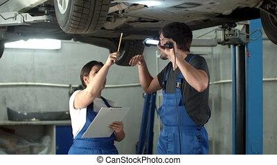 femme, lampe électrique, spectacles, prend, mécanicien, notes, voiture, cas