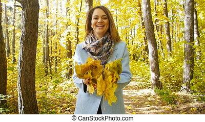 femme, lancement, feuilles, jeune, automne, heureux