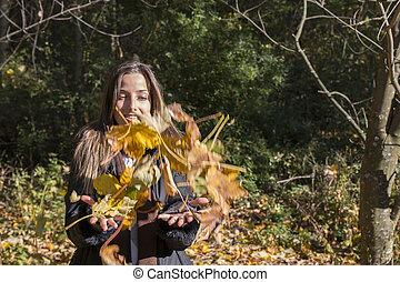femme, lancement, feuilles, jeune, jaune, automne