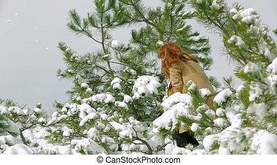 femme, lancement, jeune, hiver, neige, gai, forêt