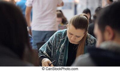 femme, lavage, autour de, élastique, gens, étudiant, jeune, diplômé, milieu, usages, bande, crayon, elle.
