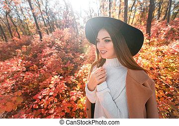 femme, leaves., automne, arrière-plan noir, chapeau