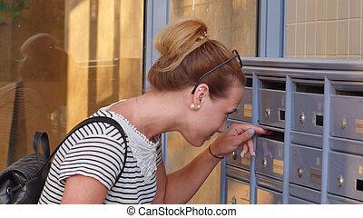 femme, lettres, elle, vérification, jeune, boîte lettres, joli, nouveau