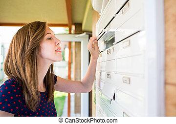 femme, lettres, elle, vérification, jeune, boîte lettres, nouveau, joli