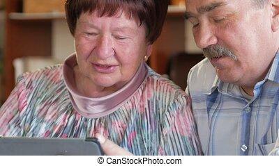 femme, leur, tablet., couple, personnes agées, enchaînement, conversation, vidéo, relatives., petit-enfant, communique, homme