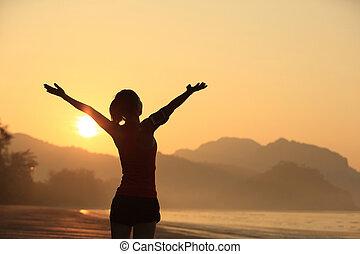 femme, levers de soleil, bras, sous, ouvert