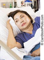 femme, lit hôpital, bas, personne agee, mensonge