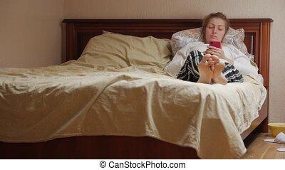 femme, lit, mensonge, smartphone