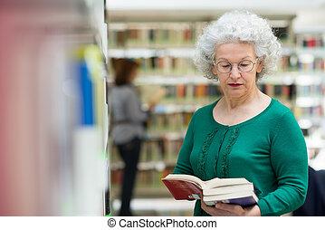 femme, livre bibliothèque, choisir, personne agee, lecture