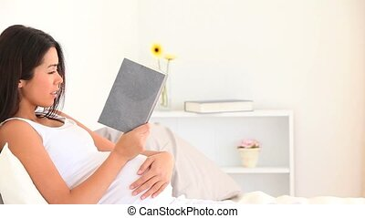 femme, livre, lecture, pregnant