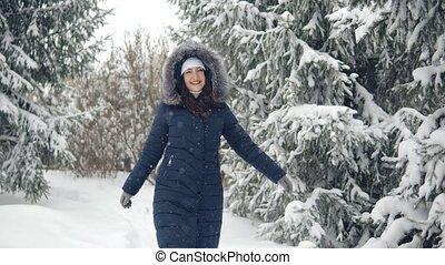 femme, long, forêt, hiver, piste, marche, brunette
