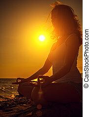 femme, lotus pose, méditer, plage coucher soleil
