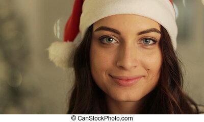 femme, lumières, concept, arbre, haut, émotions, arrière-plan., poser, santa, fin, portrait, vacances, chapeau, noël, heureux