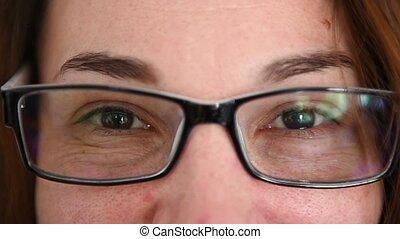 femme, lunettes, appareil photo, haut, portrait, fin, sourire, cheerfuly., regarder