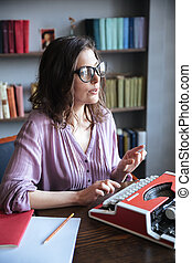 femme, lunettes, intérieur, journaliste, dactylographie, machine écrire
