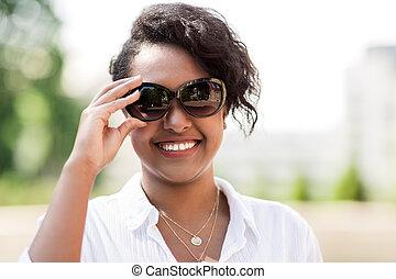 femme, lunettes soleil, jeune, américain, africaine, heureux
