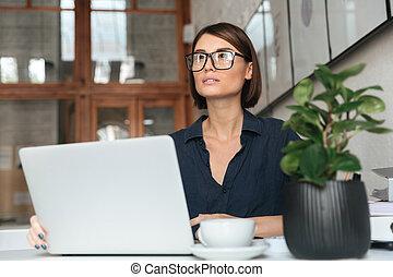 femme, lunettes, songeur, fonctionnement, ordinateur portatif