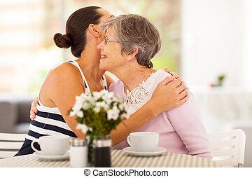 femme, mère, étreindre, jeune, personne agee