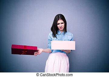 femme, mécontent, cadeau, ouverture