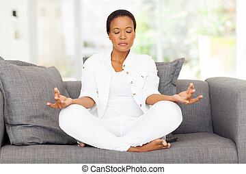 femme méditer, jeune, africaine