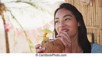 femme, mélangé, boire, cocktail, course, jeune