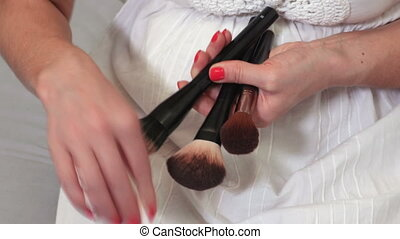 femme ménage, brosses, maquillage