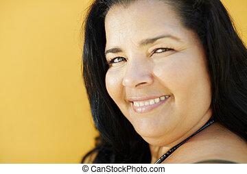femme, mûrir, appareil photo, hispanique, sourire