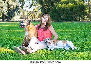 femme, mûrir, décontracté, parc, chien, animaux familiers