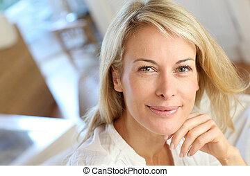 femme, mûrir, délassant, sofa, blonds, portrait