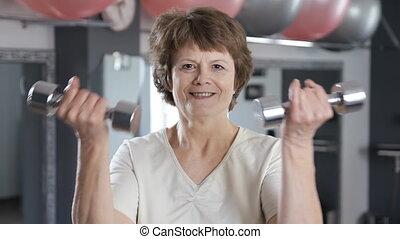 femme, mûrir, fitness, dumbbells, levage, personne agee