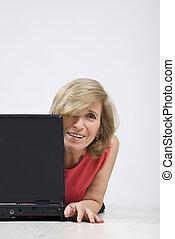femme, mûrir, heureux, plancher bois, ordinateur portable