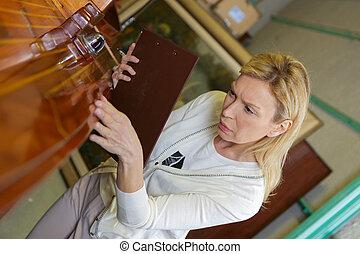 femme, mûrir, inspection, cabinet